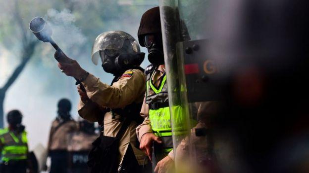 Policía lanzando gas lacrimógeno contra manifestantes esta semana en Venezuela.