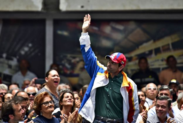 Capriles saúda correligionários nas ruas