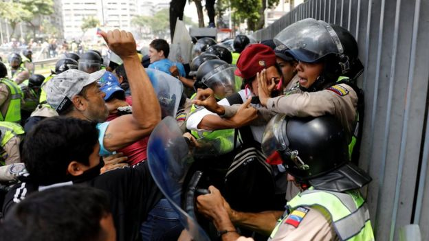 Manifestantes atacan a los guardias de seguridad