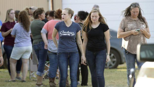 Dos jóvenes andan de la mano tras el tiroteo ocurrido en Texas en noviembre de 2017.