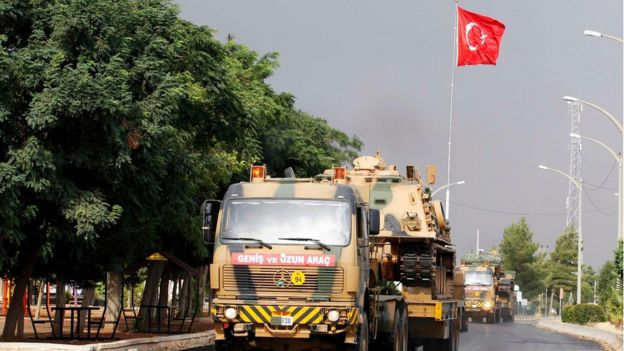 Suriye sınırına ilerleyen bir Türk tankı