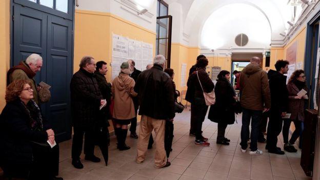 Ciudadanos hacen cola para votar en un colegio electoral de Roma.