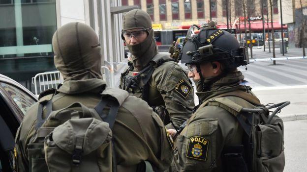 Fuerzas especiales suecas en Dottninggatan., Estocolmo, donde un camión atropelló a varias personas