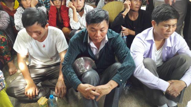 Ba trong bốn đối tượng bị người dân bắt giữ do nghi ngờ trà trộn gây hỗn loạn