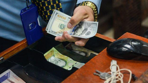 Hombre con billetes.