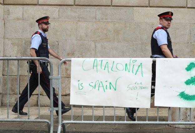 کاتالونیا پلیس مخصوص به خود را دارد و ۱۷ هزار نفر در استخدام این نیرو هستند.