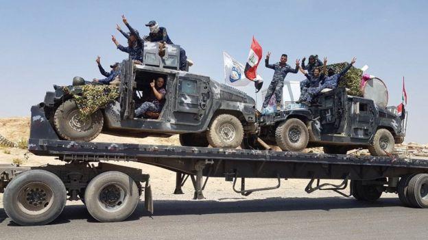 Traslado de vehículos blindados de las fuerzas iraquíes hacia Tal Afar.