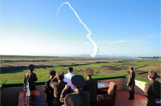 金正恩(白衣者)参观朝鲜国防科学院防空导弹系统试射活动(朝中社2017年5月28日发放照片)