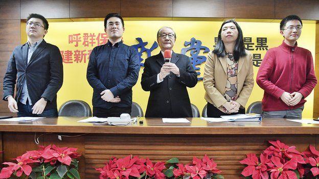 新黨召開記者會回應調查結果。左二為王炳忠,右一為侯漢廷。