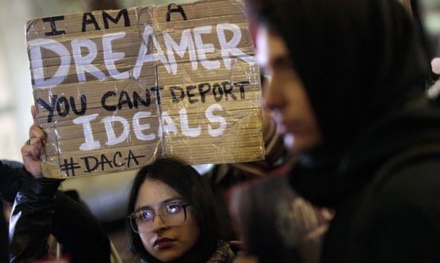 Joven protesta contra el fin del programa DACA.