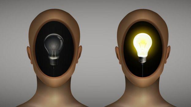 Duas cabeças, uma com a lâmpada acesa e a outra apagada