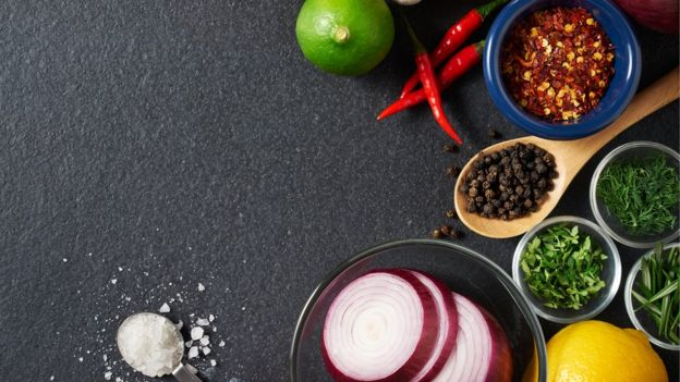 Bodegón de mesa con especias, cítricos y picantes.
