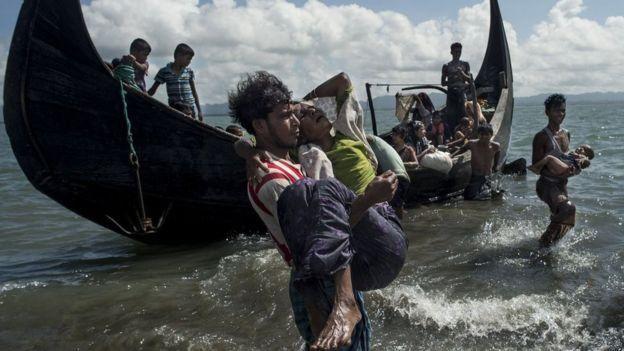 Rohingya bajando de botes (crédito: AFP)