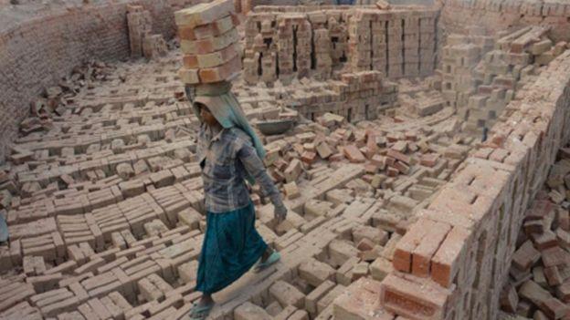 Một phụ nữ Ấn Độ làm việc tại một lò gạch vào ngày Phụ nữ Quốc tế ở Dimapur, Ấn Độ, phía đông bắc bang Nagaland.