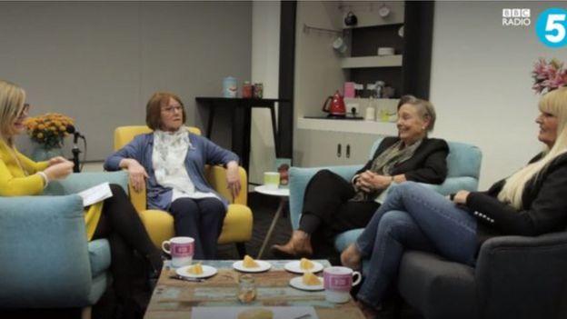 Dee, Shirley y Joyce falando co, Emma Barnett, a presentadora de BBC Radio 5 Life