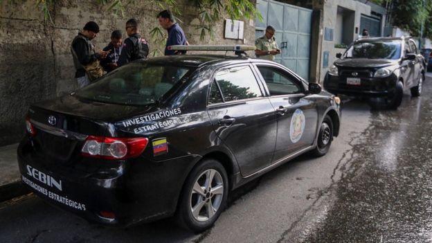 El Servicio de Inteligencia (Sebin) en la puerta de la residencia del líder opositor Leopoldo López.