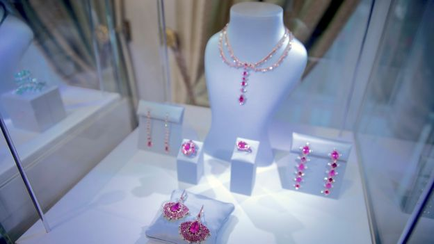 Vanleles Diamond jewellery in a glass cabinet