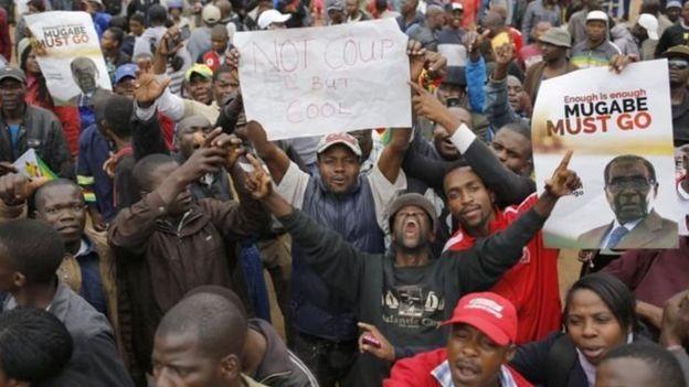 Waandamanaji wakimtaka rais Mugabe kujiuzulu wengi wakibeba mabango yakumtaka ang'atuke mamlakani
