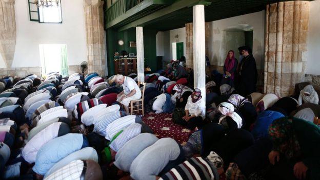 Larnaka yakınlarındaki Hala Sultan Tekkesi'nde namaz kılan Kıbrıslı Türkler
