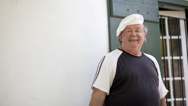 Homem com chapéu de chef