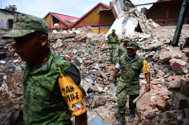Militares sobre los escombros de un edificio en Juchitán, Oaxaca, México, tras el terremoto de magnitud 8,2.