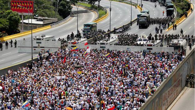 Marcha de mujeres opositoras en Caracas.