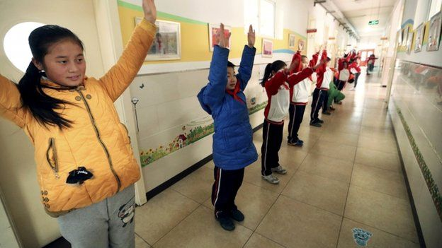 Beijing pupils exercise indoors because of the smog