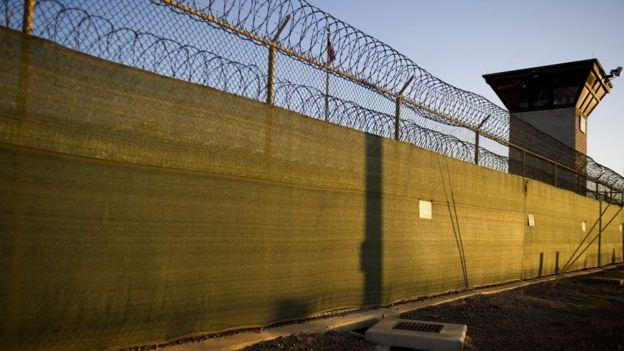 Muros de la prisión de Guantánamo