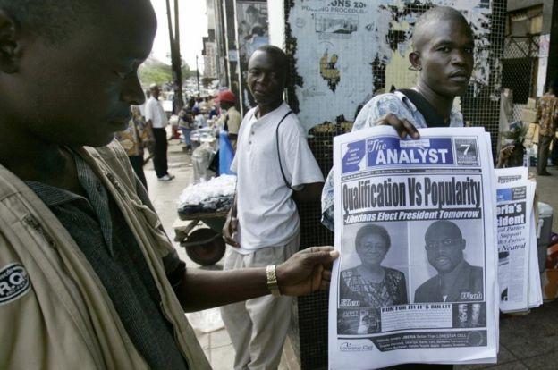 Un periódico de 2005, en Monrovia, en la segunda vuelta, en la que George Weah compitió contra Ellen Johnson Sirleaf.