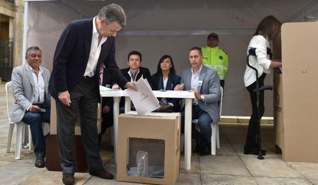 Juan Manuel Santos votando