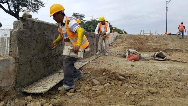 Construyendo el muro.