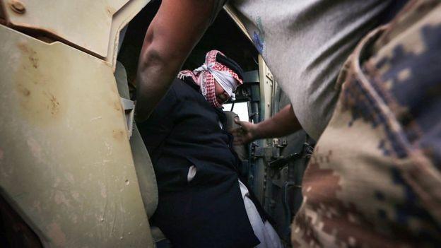 Suspeito de pertencer ao EI sendo detido no Iraque