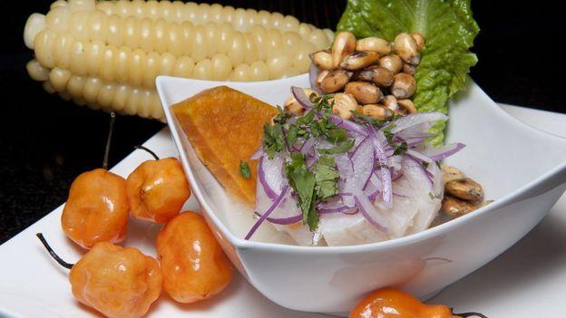 Plato de ceviche con ajíes y maíz.