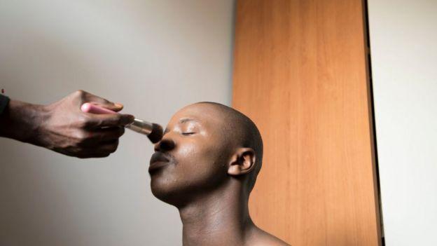Muchos hombres han decido utilizar maquillaje influidos por las redes sociales.