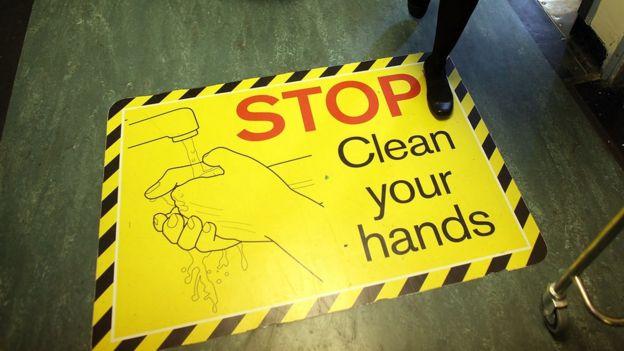 Cartaz em hospital diz 'pare e lave suas mãos'