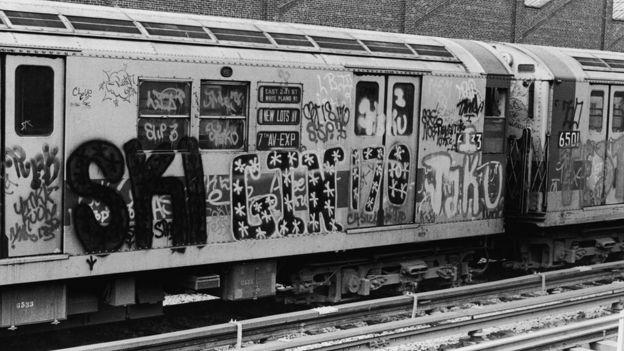 Vagones del subte de Nueva York pintados con grafiti en los años 1970s.