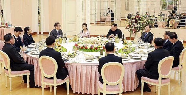 South Korean officials have dinner with Kim Jong-un, his wife Ri Sol-ju (5L) and sister Kim Yong-sol (3L)