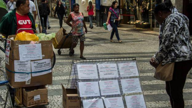 Женщина читает объявления о найме на временную работу