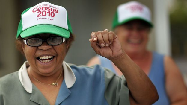 """Una señora lleva una gorra puesta que dice """"Censo 2010"""""""