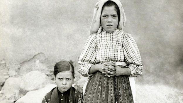 Jacinta Marto (izda) y Lucía Dos Santos (dcha) en 1917. La segunda se hizo monja y reveló los