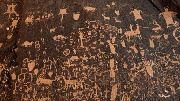 Cientos de petroglifos cubren una zona del Monumento Nacional Bears Ears en Utah, Estados Unidos.