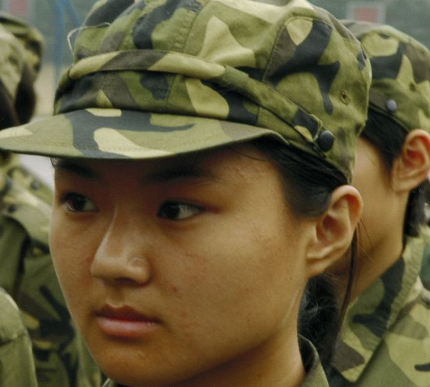Una muchacha, con uniforme militar