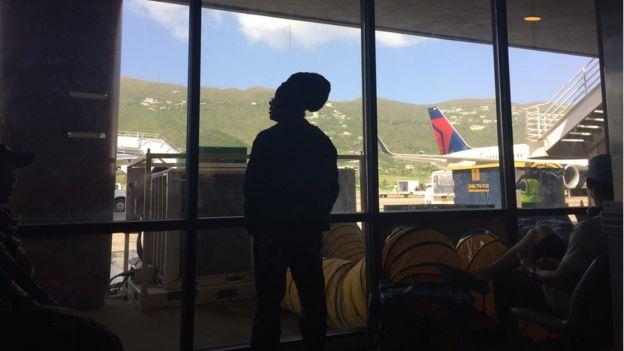 Hombre en el aeropuerto antes de salir de Islas Vírgenes