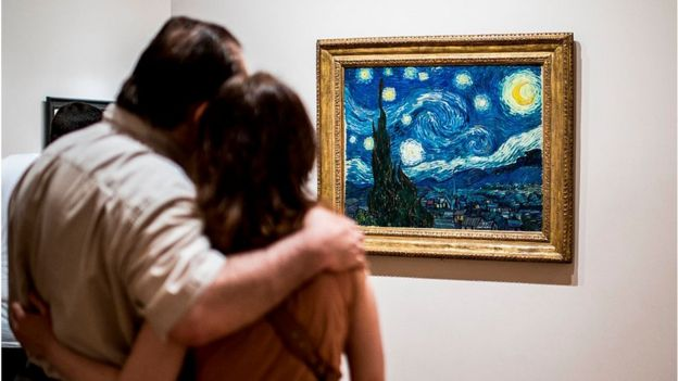 Pareja viendo el cuadro La Noche Estrellada del artista holandés Vincent Van Gogh