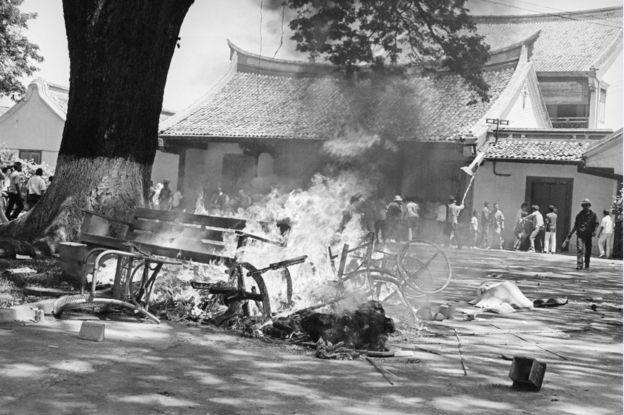 Massa Islam menghancurkan universitas Res Publica, perguruan tinggi yang diidentikkan dengan PKI dan Partai Komunis Cina,.