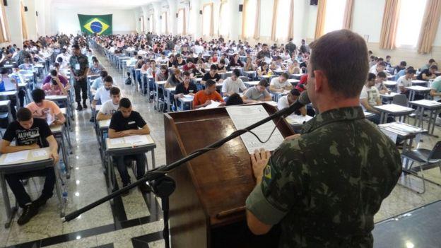Candidatos fazem prova na Escola Preparatória de Cadetes do Exército