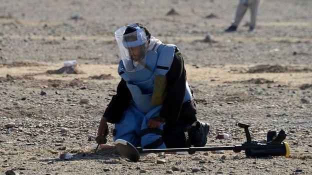 Desminado de un terreno en Afganistán.