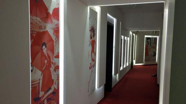 Bên trong Studio 20 - Phía sau mỗi cánh cửa đóng là một người mẫu đang
