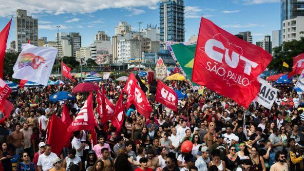 Protestocular Cumhurbaşkanı Michel Temer'in görevden alınmasını ve 4 Haziran 2017'de Brezilya'nın Sao Paulo kentinde yapılacak doğrudan seçimleri talep ediyor.