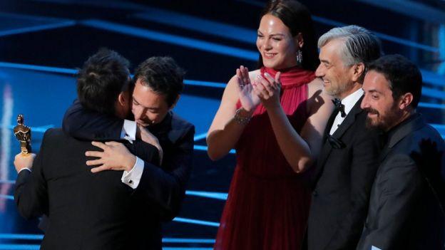 """El director de """"Una Mujer Fantástica"""" y otros miembros del equipo del filme, incluida la protagonista, Daniela Vega."""